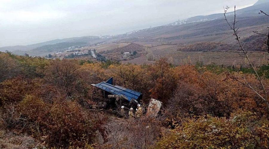В Крыму грузовик сорвался в обрыв на горной дороге