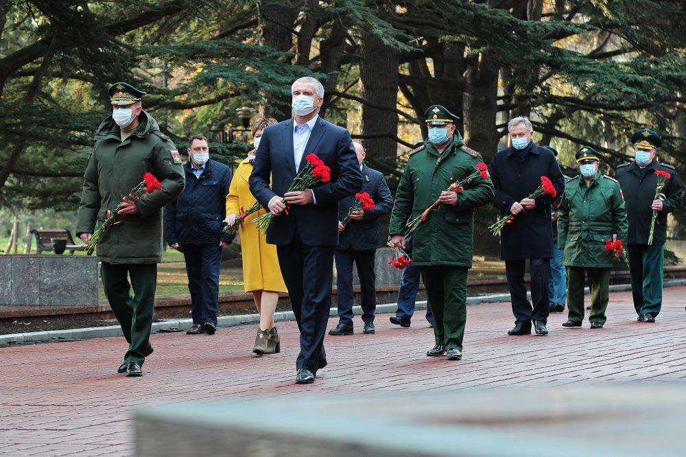 Аксёнов возложил цветы к Могиле Неизвестного Солдата в Симферополе