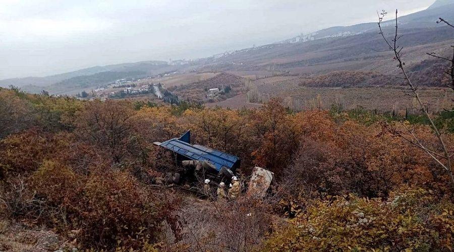 Грузовик упал в обрыв на трассе Симферополь – Алушта, водитель госпитализирован