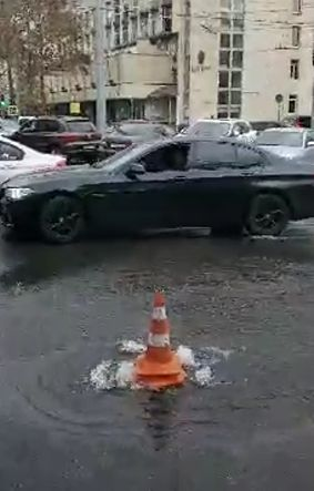 В центре Симферополя парковку залило водой