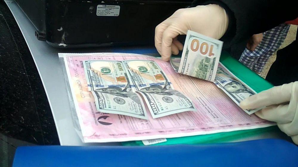 В Крыму водитель без прав предложил полицейским взятку в 400 долларов