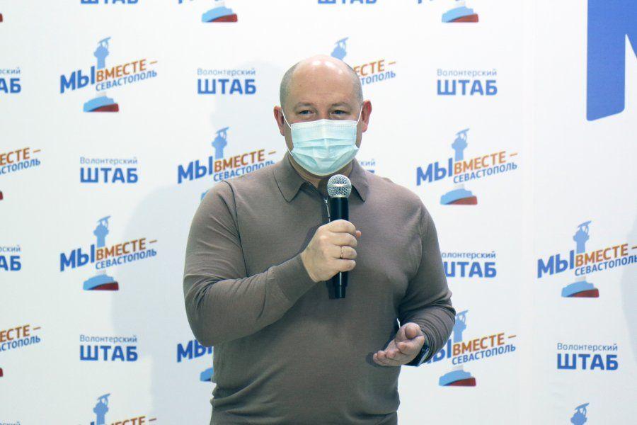 Михаил Развожаев наградил севастопольских волонтеров