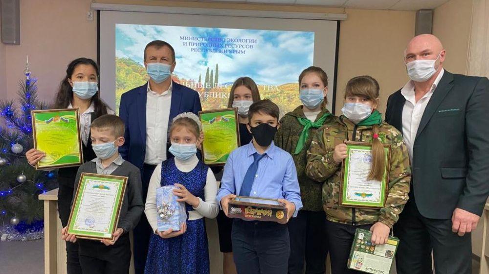 Геннадий Нараев наградил победителей новогодне-рождественского конкурса-выставки работ школьных лесничеств Республики Крым