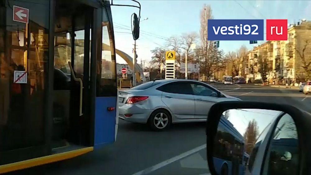 В Севастополе из-за ДТП с участием троллейбуса образовался дорожный затор