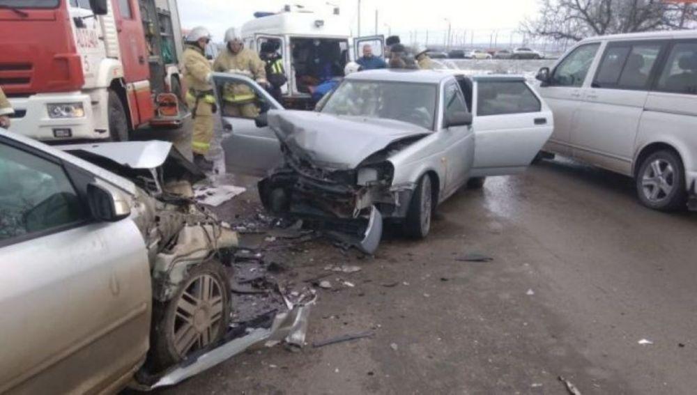 Возле аэропорта Симферополь в Крыму лоб в лоб столкнулись две иномарки