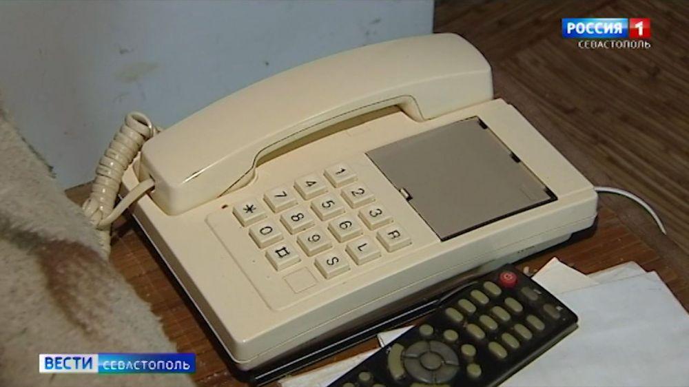 Севастопольской пенсионерке помогают наладить телефонную связь