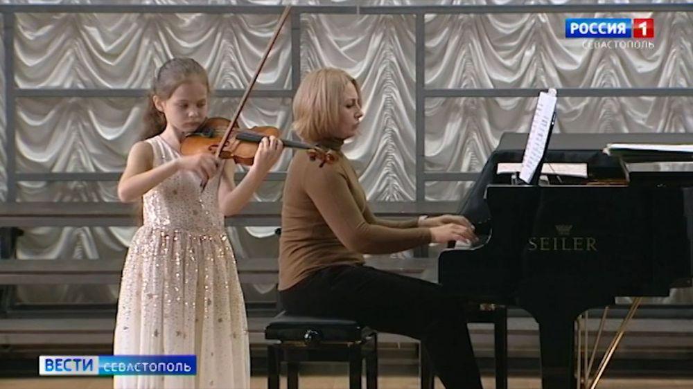 Юная севастопольская скрипачка готовится выступить на международном конкурсе