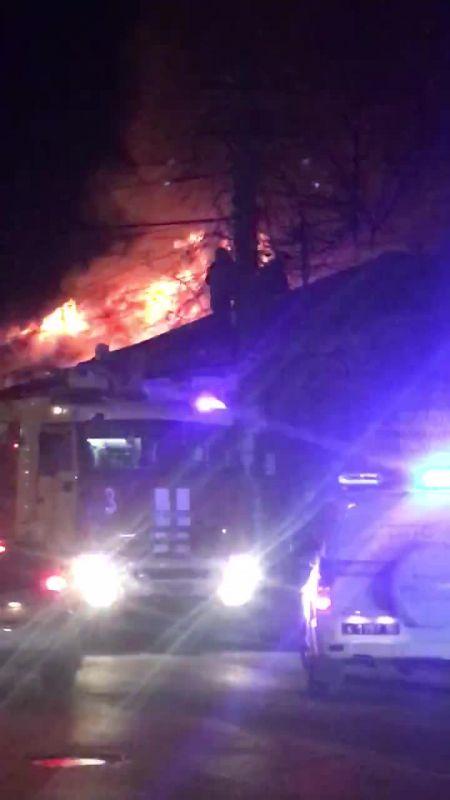 В Симферополе загорелось здание в исторической части города
