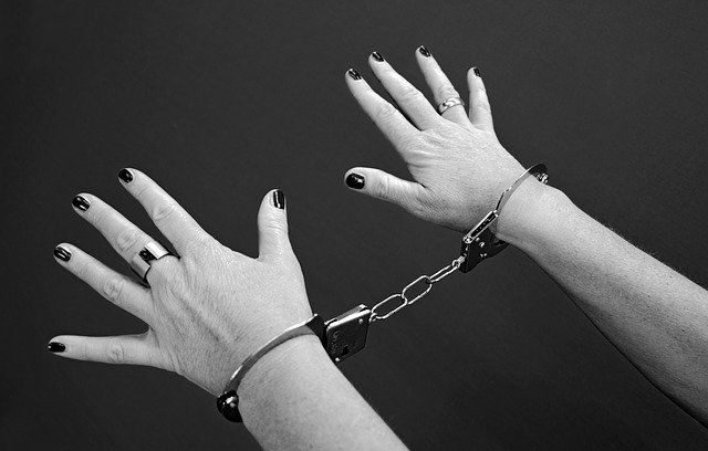 В Симферополе задержали двух женщин, решивших «поживиться» выручкой из кассы