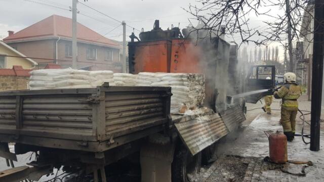 В Симферополе горел КамАЗ со стройматериалами