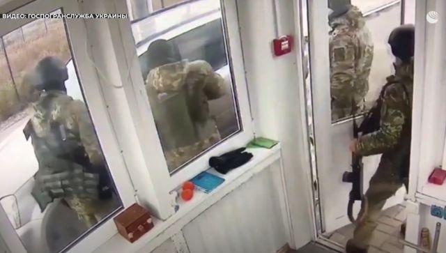 Украинец тараном пытался пробиться через границу в Крым - видео