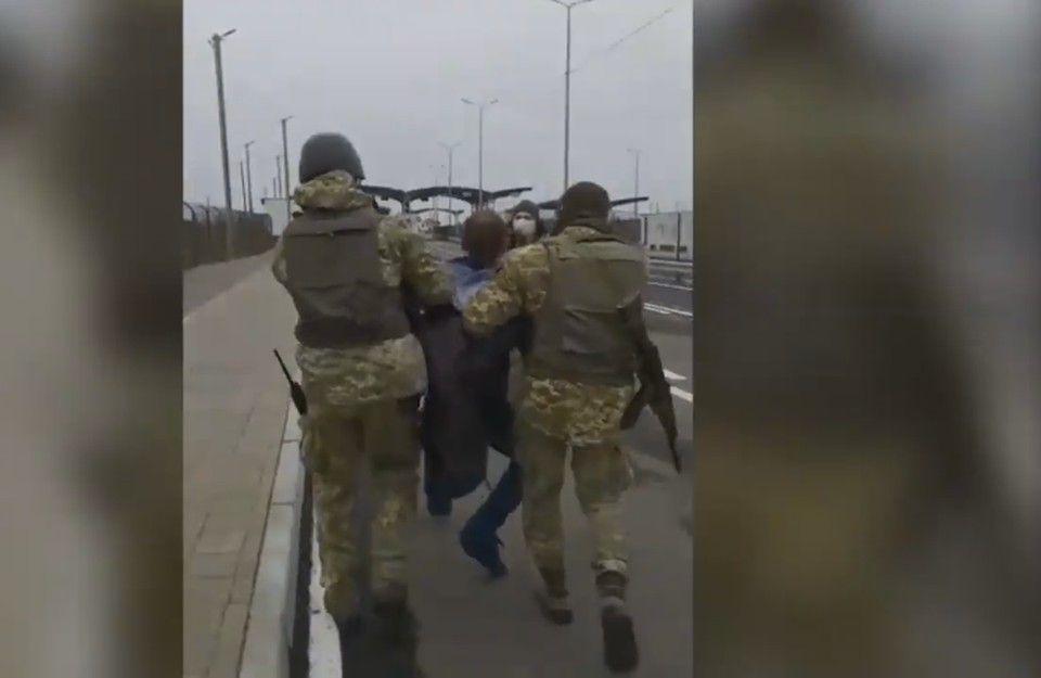 «Отпустите, а то убью»: Украинец на машине хотел протаранить пункт пропуска, чтобы попасть в Крым