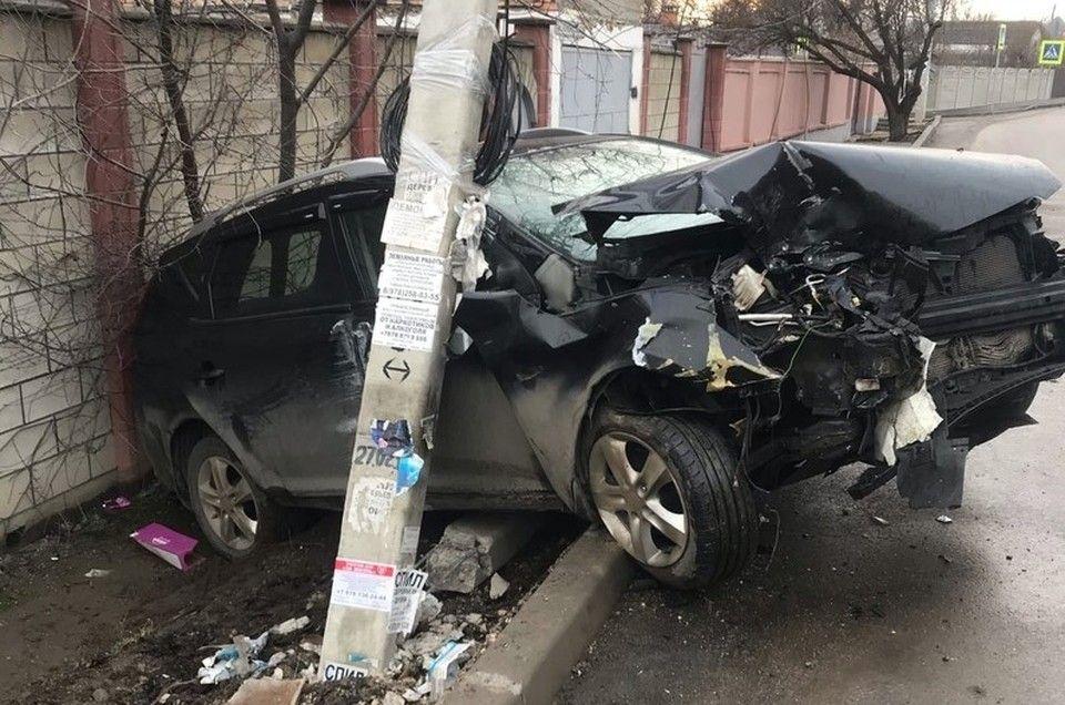 В Симферополе Mercedes разбил иномарку и снес электроопору