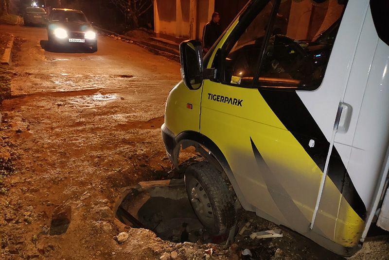 В Севастополе в яму на брошенной подрядчиком ремонтируемой дороге попалась «Газель»
