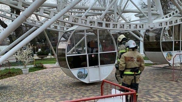 В Евпатории застрявших на колесе обозрения людей снимали спасатели