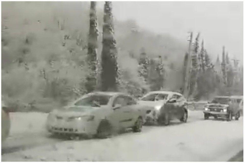 Ограничение движения до 18.00: Возле Алушты снегопад привел к масштабной пробке