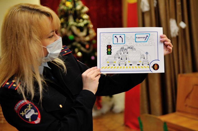В период новогодних праздников «Полицейский Дед Мороз» навестил евпаторийских детей