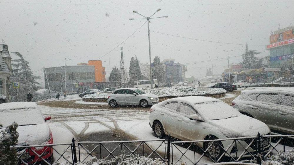 В районе Алушты образовалась большая пробка из-за снегопада
