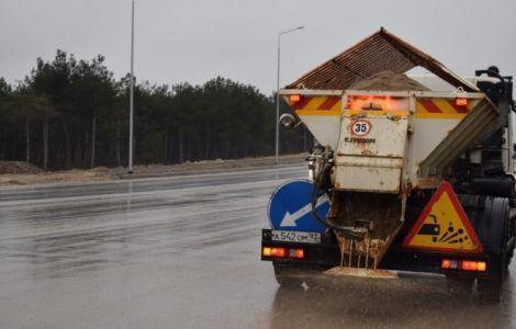 В Севастополе обработали от гололёда 500 километров дорог