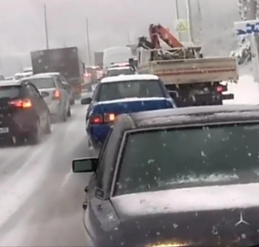 Появилось видео перекрытой снегопадом дороги Симферополь-Ялта