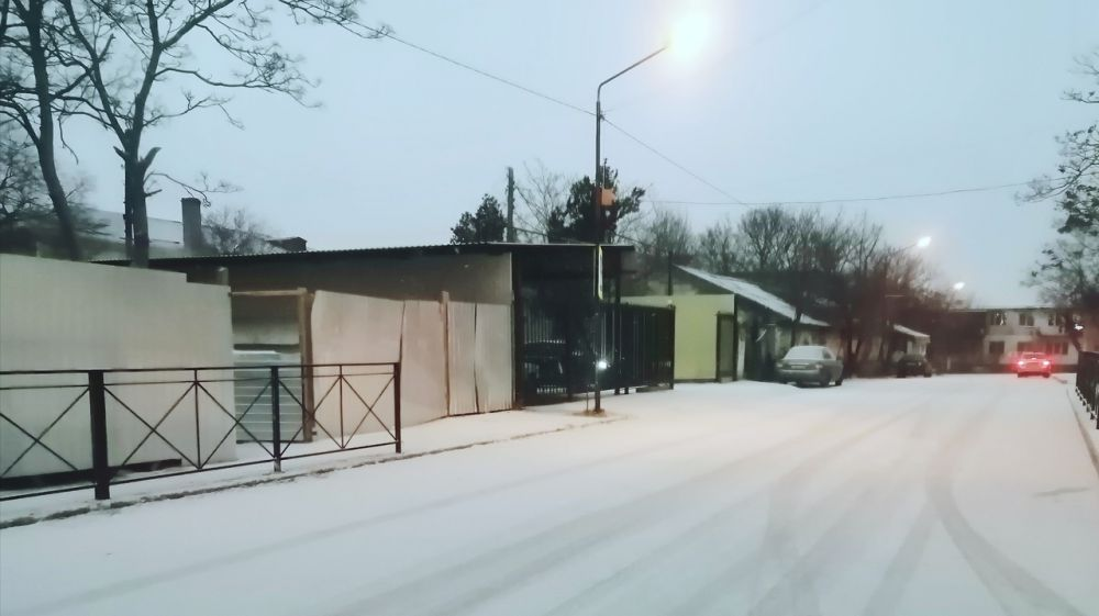 На дорогах Черноморского района работает снегоуборочная техника