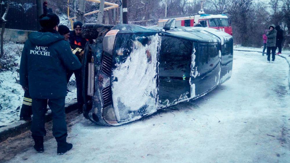 В Севастополе перевернувшийся автомобиль частично перекрыл дорогу
