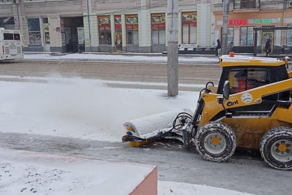 На улицах Симферополя более 10 единиц техники убирают снег с дорог