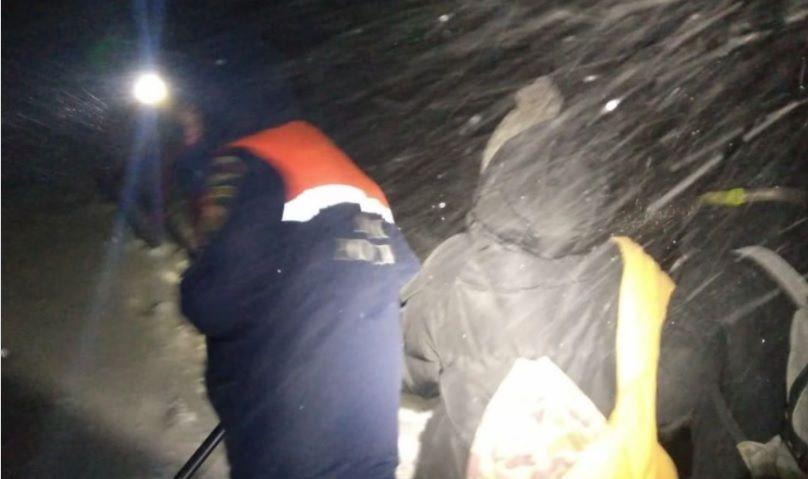 В Крыму спасли пять человек, автомобиль которых застрял в снегу на Чатыр-Даге