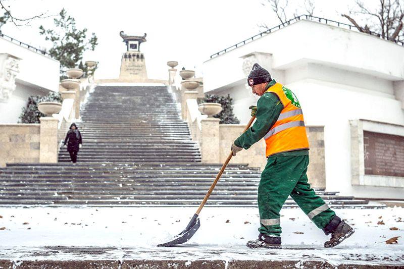 Коммунальщики и «Севавтодор» чистят Севастополь от снега