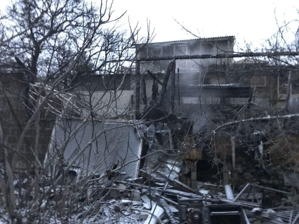 В Севастополе из горящего дома спасли женщину и ребёнка