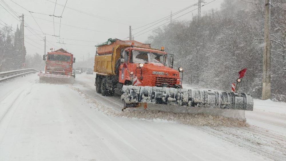 На дорогах Крыма работает 95 снегоуборочных машин