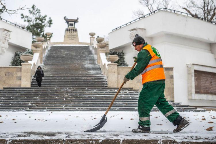 Все коммунальные службы задействованы в очистке города от снега