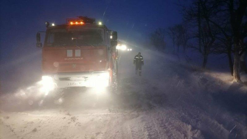 В Крыму спасатели вытащили из снежных заносов 19 автомобилей