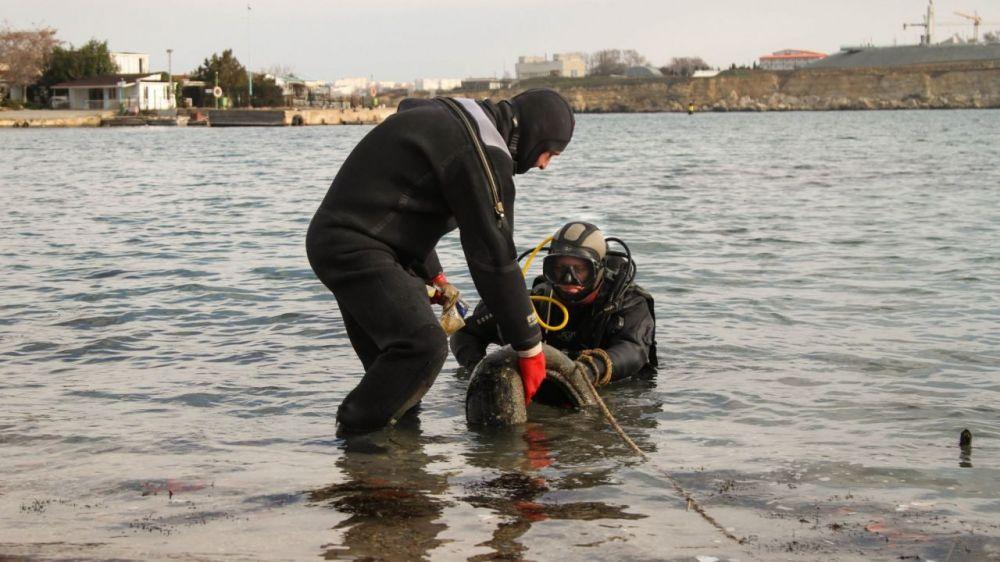 В Севастополе водолазы МЧС проверили море в местах крещенских купаний