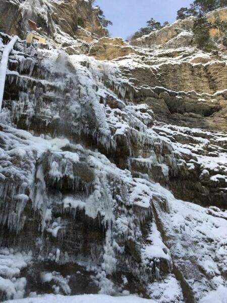 Самый высокий водопад Крыма замёрз после ночных морозов