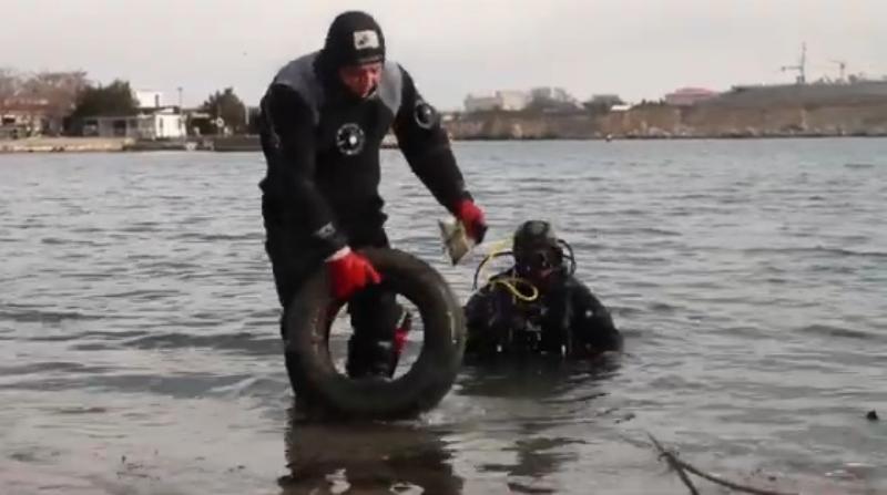 Накануне Крещения в Севастополе водолазы расчистили морское дно