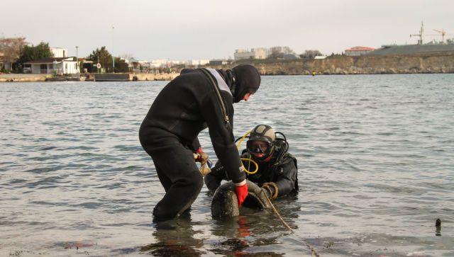 Водолазы в Севастополе почистили дно бухт для крещенских купаний