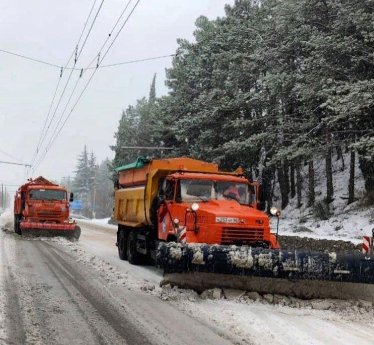 В Крыму организовали пункты экстренного реагирования для борьбы с наледью на дорогах