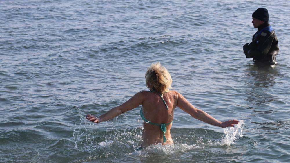 На набережной Феодосии прошли крещенские купания