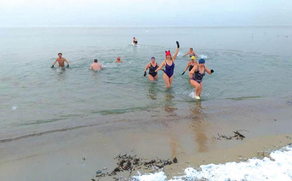 Моржи Крыма не отказались от крещенских купаний