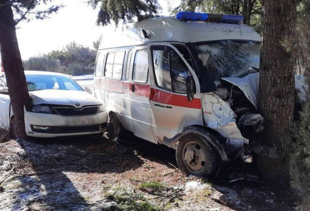 В Крыму автомобиль скорой помощи попал в ДТП: трое пострадавших