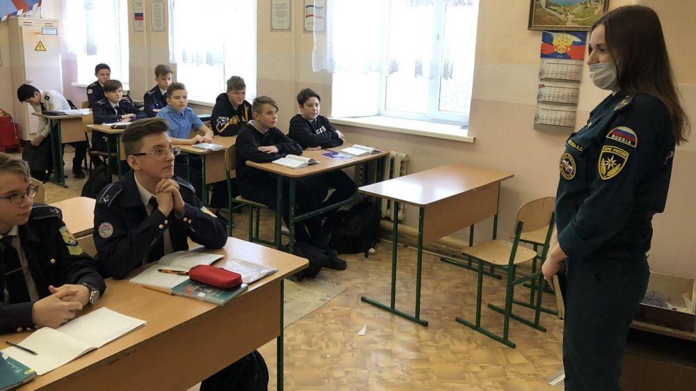 Сотрудники ОНД проводят занятия и учебную эвакуацию со школьника образовательных учреждений г. Феодосии