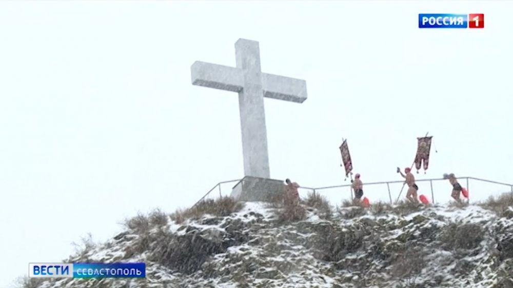 В праздник Богоявления в Севастополе моржи совместили заплыв и крестный ход