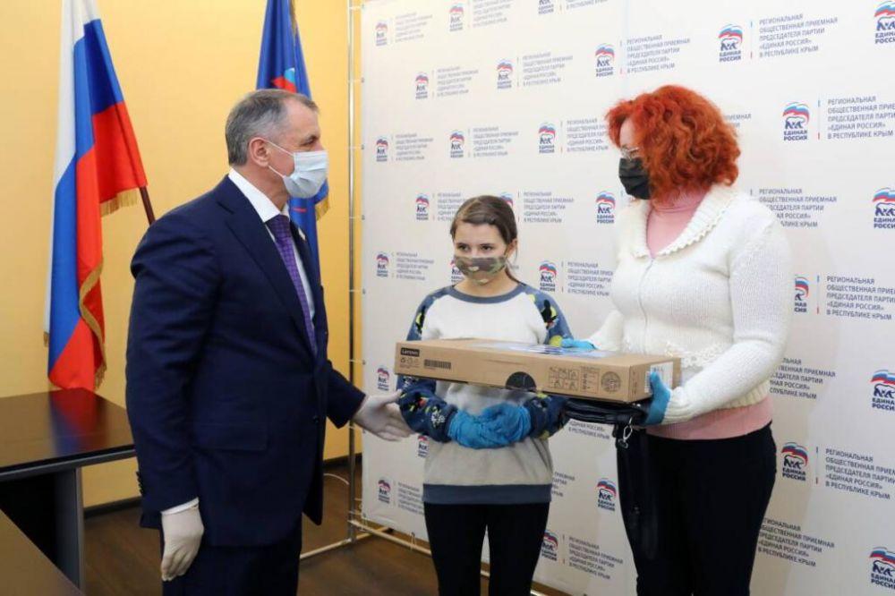 Крымским школьникам из многодетных семей подарили ноутбуки и планшеты
