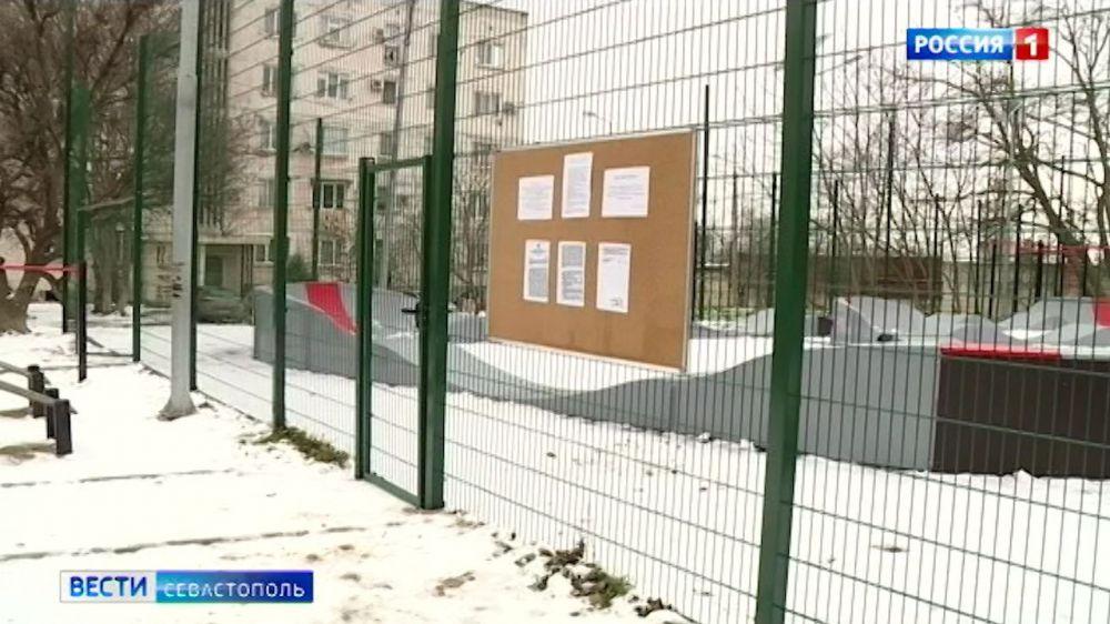 В Севастополе спортплощадку превратили в велотрек и закрыли