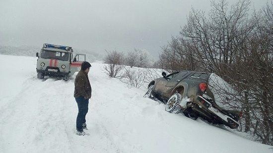 Крымские спасатели оказали помощь автомобилисту, застрявшему в снежном заносе вблизи поселка Орджоникидзе