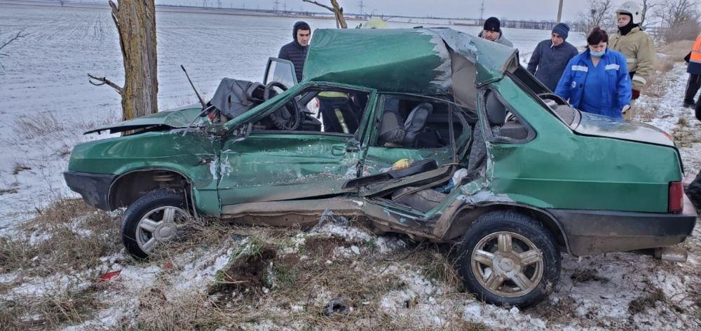 В Сакском районе из-за скользкой дороги машина влетела в дерево