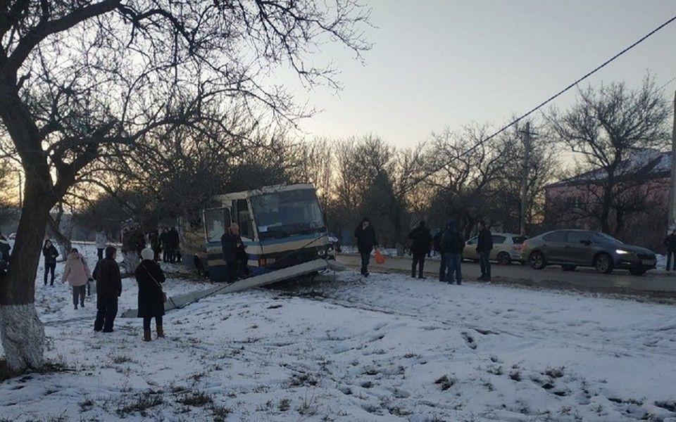 Под Симферополем столкнулись пассажирский автобус и автомобиль ДПС