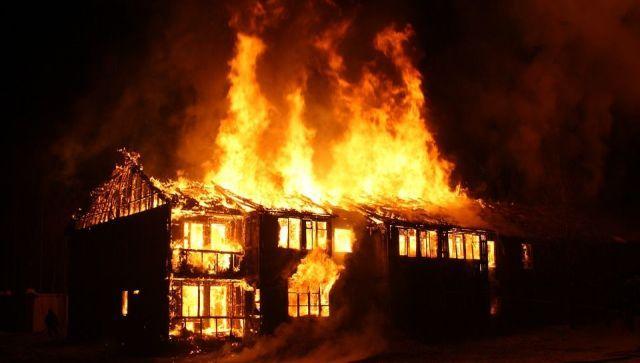 В Крыму на пожаре в жилом доме спасли двух взрослых и детей