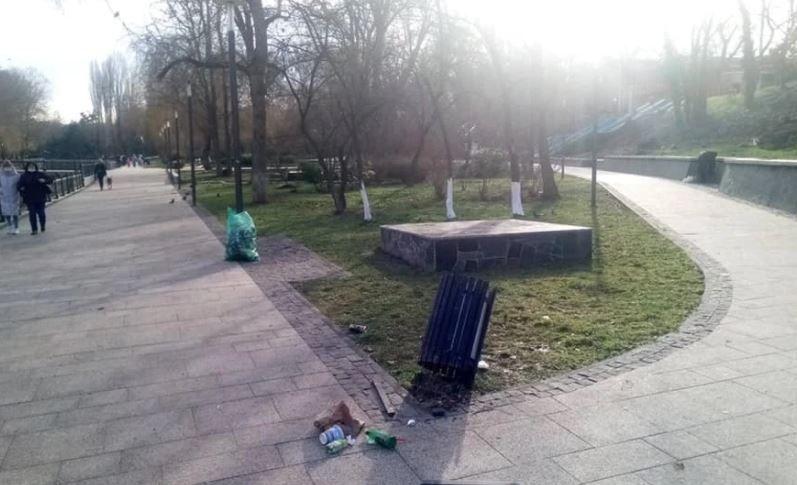 В столице Крыма вандалов попросили больше не разбивать плитку и не ломать урны